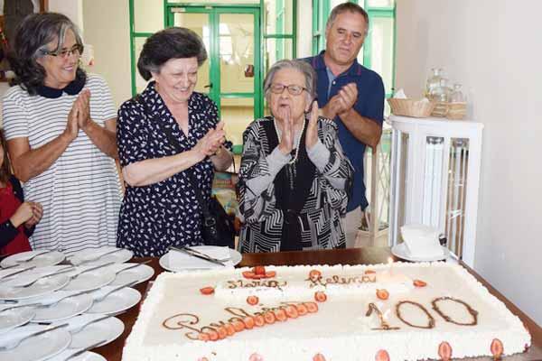 Idosa do Vale de Santarem apagou 100 velas em família - Rede Regional
